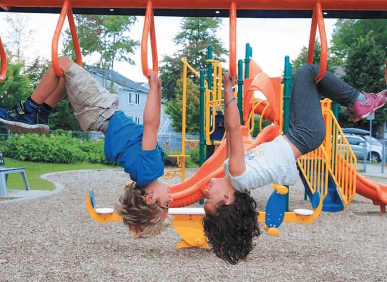 Enfants qui jouent au parc