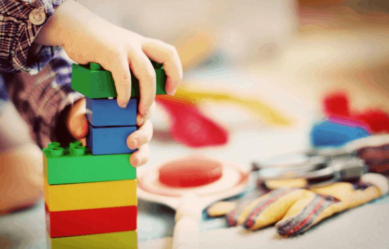 Enfant qui joue avec des blocs